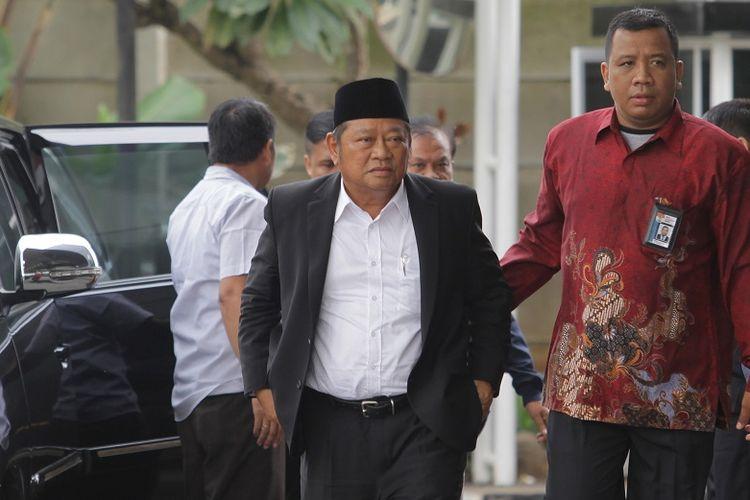Bupati Sidoarjo Saiful Ilah (kedua kanan) berjalan saat tiba di gedung KPK, Jakarta, Rabu (8/1/2020). Bupati Sidoarjo Saiful Ilah beserta beberapa orang lainnya terjaring operasi tangkap tangan KPK yang diduga terkait pengadaan barang dan jasa.