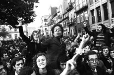 Revolusi Anyelir: Latar Belakang dan Kronologi