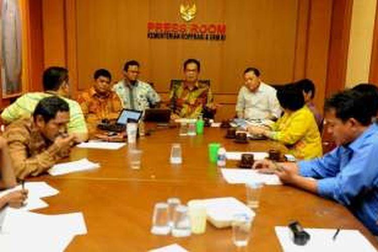 Deputi Bidang Kelembagaan Kementerian Koperasi dan UKM Choirul Djamhari memberikan keterangan Pers diJakarta (27/05/2016) Choirul mengapresiasi langkah Masyarakat Telematika Indonesia (Mastel) dan Asosiasi Penyelenggara Jasa Internet Indonesia (APJII) yang mendirikan Koperasi Jasa Digital Indonesia Mandiri.