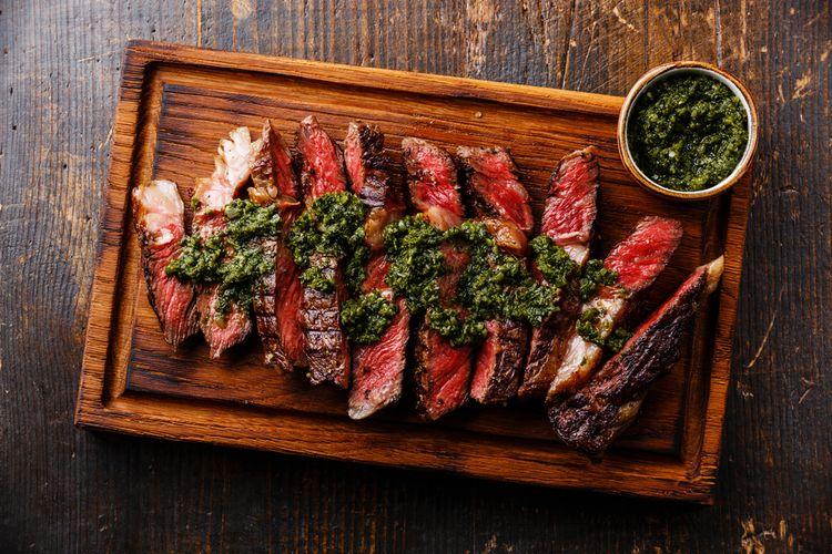 Ilustrasi steak dengan saus chimichurri