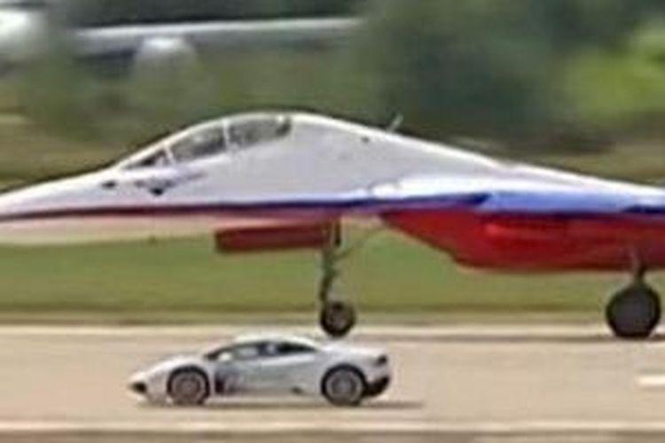 Lamborghini Huracan lawan Sukhoi