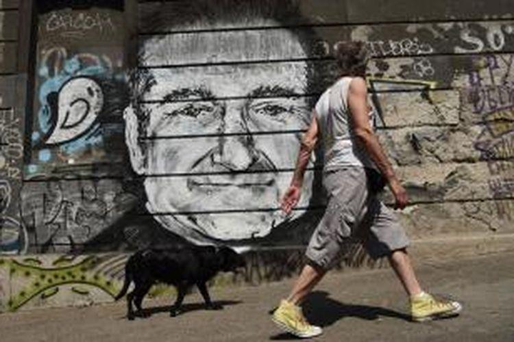 Mural wajah mendiang aktor Robin Williams di Belgrade, Serbia, diabadikan pada 13 Agustus 2014 waktu setempat. Mural itu digambar oleh sejumlah seniman tak dikenal sebagai tanda penghormatan bagi Williams. Williams didapati meninggal dunia di kediamannya di Tiburon, pinggiran San Francisco, California, AS, 11 Agustus 2013 waktu setempat. Ia bunuh diri.