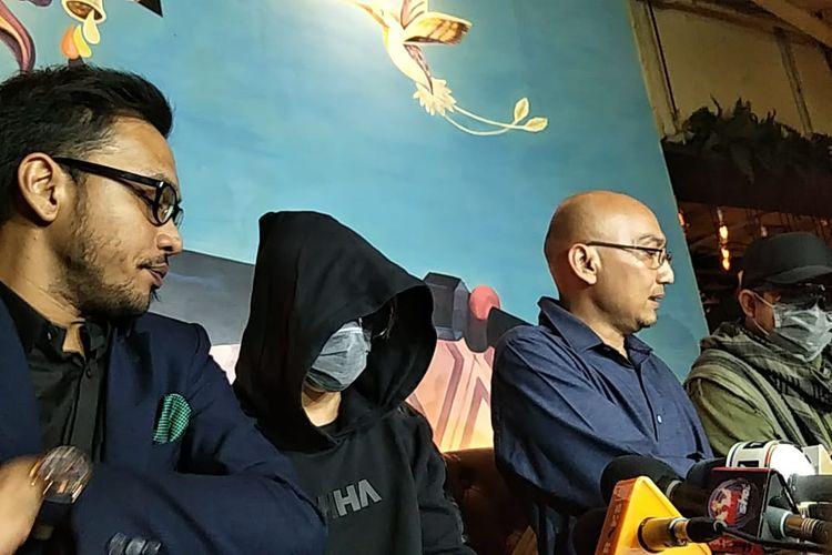 Atta Halilintar palsu (pakai jaket hitam) yang dihadirkan untuk melakukan prank terhadap wartawan dalam jumpa pers di Senayan City, Senayan, Jakarta Pusat, Kamis (26/9/2019).