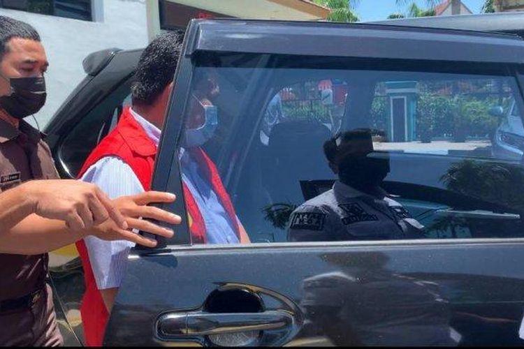 Kadishub Batam Rustam Efendi ditahan penyidik Kejaksaan Negeri Batam (tribunbatam.id/Argianto)