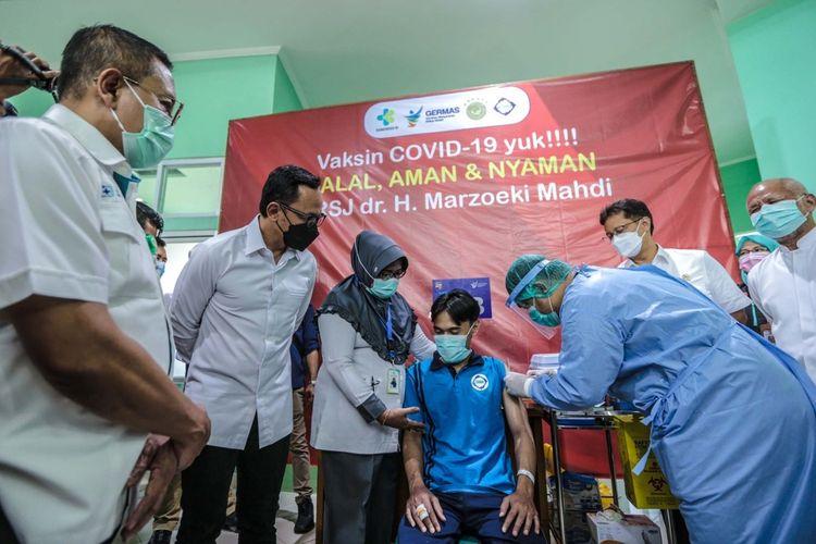 Salam satu pasien orang dengan gangguan jiwa (ODGJ) di Rumah Sakit Marzuki Mahdi sedang menerima suntik vaksinasi Covid-19, Selasa (1/6/2021).