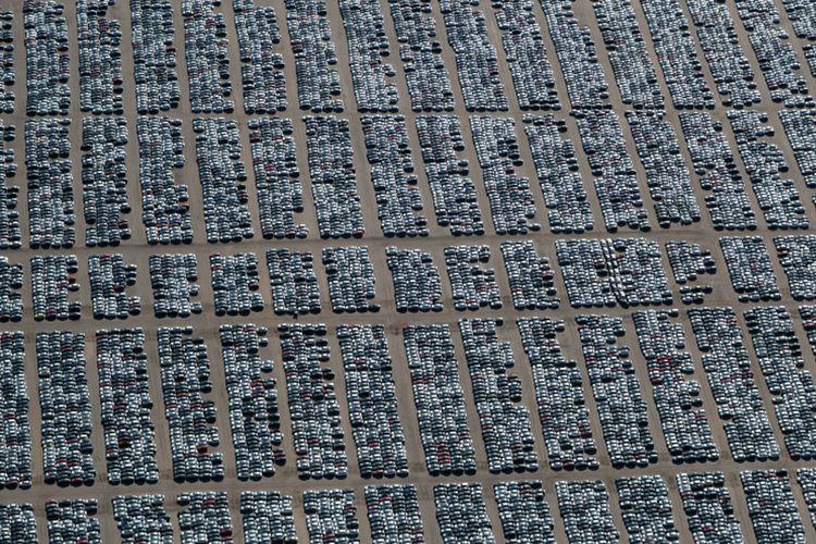 Ratusan ribu unit mobil diesel Volkswagen dan Audi diparkir di ruang penyimpanan di dekat Victorville, California, Amerika Serikat, Rabu (28/3/2018).