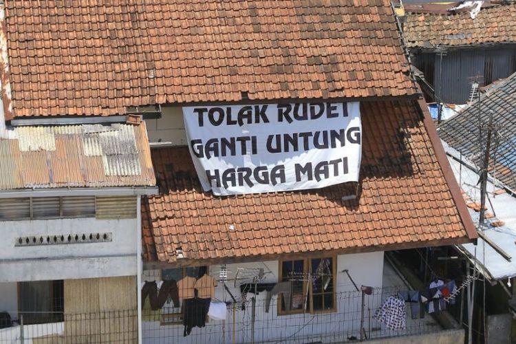 Spanduk penolakan proyek rumah deret Tamansari terpasang di rumah warga, Jumat (6/10/2017)