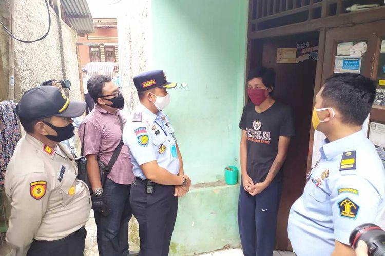 Petugas Rutan Kelas 1 Cipinang datangi rumah salah seorang narapidana asimilasi, Senin (11/5/2020).