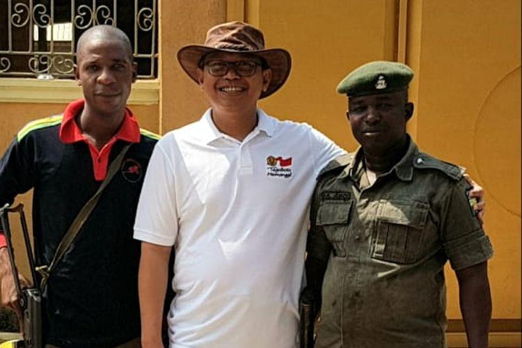 Profesor Achmad Subagio tidak menyangka dirinya akan tinggal lebih lama di Nigeria akibat wabah virus corona. Prof Subagio sedang berpose bersama kedua aparat yang bertugas menemaninya.