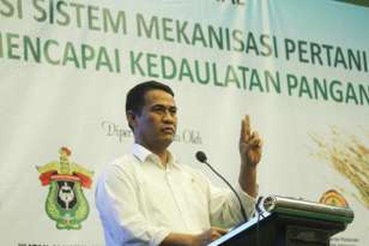 Menteri Pertanian Andi Amran Sulaiman saat menjadi pembicara dalam Seminar Nasional Moderenisasi Sistem Mekanisasi Pertanian Ikatan Alumni Universitas Hasanudin, di Bogor, Jawa Barat, Rabu (20/4/2016).