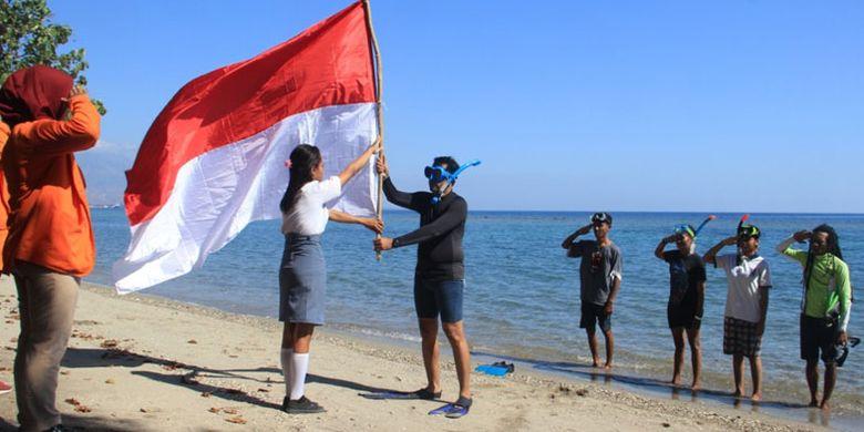Upacara bendera menyambut HUT ke-74 RI di Teluk Maumere, Kabupaten Sikka, Flores, Nusa Tenggara Timur, Sabtu (16/8/2019).