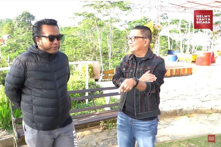 Musisi Erix Soekamti (kiri) berbincang dengan pembawa acara Helmy Yahya di Desa Wisata Nglinggo, Kulon Progo, Daerah Istimewa Yogyakarta.