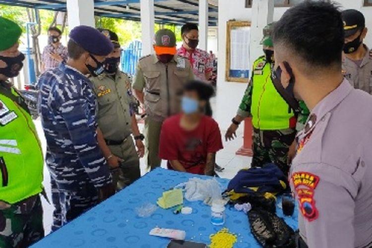 Petugas gabungan menginterogasi seorang pemuda yang kedapatan membawa ratusan pil koplo usai terjaring operasi yustisi di depan Kantor Kelurahan Sumurpanggang, Kecamatan Margadana, Kota Tegal, Selasa (6/10/2020).