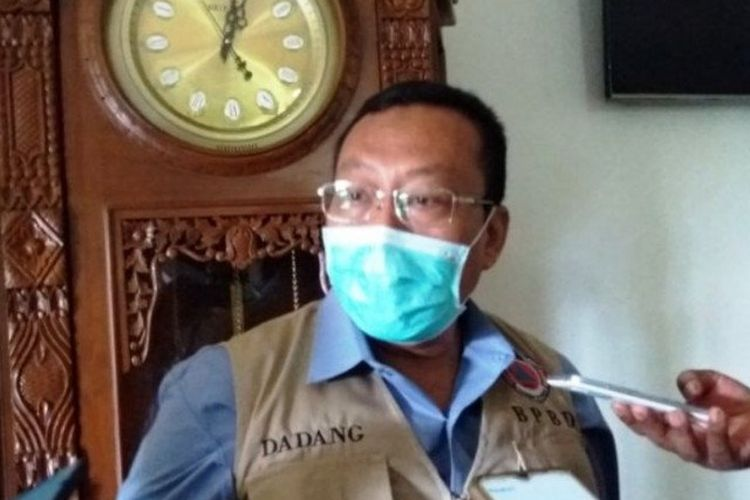 Bupati Situbondo Dadang Wigiarto saat diwawancarai wartawan.