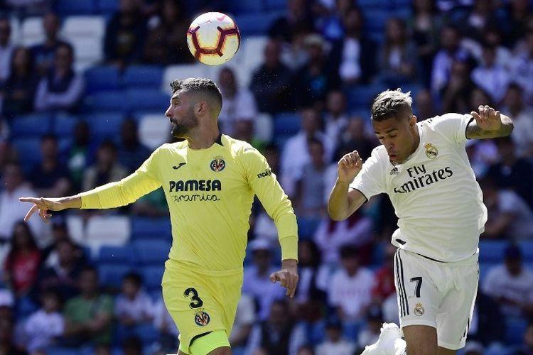Alvaro Gonzalez dan Mariano Diaz berduel di udara dalam pertandingan Real Madrid vs Villarreal dalam lanjutan Liga Spanyol di Stadion Santiago Bernabeu, 5 Mei 2019.