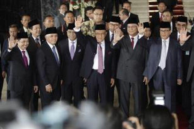 Mantan calon presiden nomor urut satu Prabowo Subianto (dua kanan) berfoto bersama anggota Koalisi Merah Putih (KMP) yakni Anis Matta, Hatta Rajasa dan Aburizal Bakrie (kiri ke kanan) berfoto sebelum memasuki Ruang Rapat Paripurna I, Gedung Nusantara, Senayan, Jakarta, Senin (20/10/2014). Hari ini, Joko Widodo dan Jusuf Kalla (Jokowi-JK), dilantik menjadi presiden dan wakil presiden RI untuk periode jabatan 2014-2019. KOMPAS IMAGES/RODERICK ADRIAN MOZES