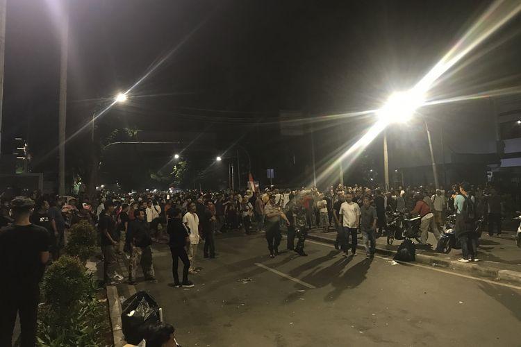Ratusan pengunjuk rasa dari arah Tanah Abang masih bertahan di sekitar kawasan MH Thamrin, tepatnya disamping kantor Bawaslu RI, Jakarta Pusat, Selasa (22/5/2019) pukul 00.02 WIB dini hari.