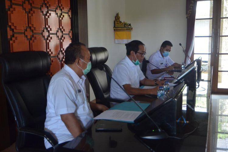 Wabup Suiasa didampingi Dirut PDAM Badung I Ketut Golak saat memberikan keterangan pers di Rumah Jabatan Wakil Bupati, Puspem Badung, Rabu (15/4).