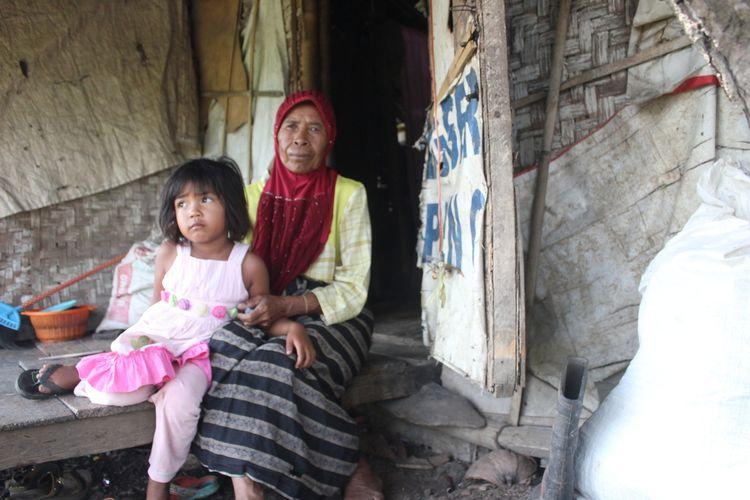 Mak Iah (70) dan cucunya, Sania (5), warga Cianjur, Jawa Barat, tinggal di gubuk tengah sawah dengan kondisi memprihatinkan.