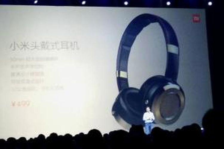 Xiaomi memperkenalkan aksesori gadget, Mi Headphone, di Beijing, Kamis (15/1/2015).