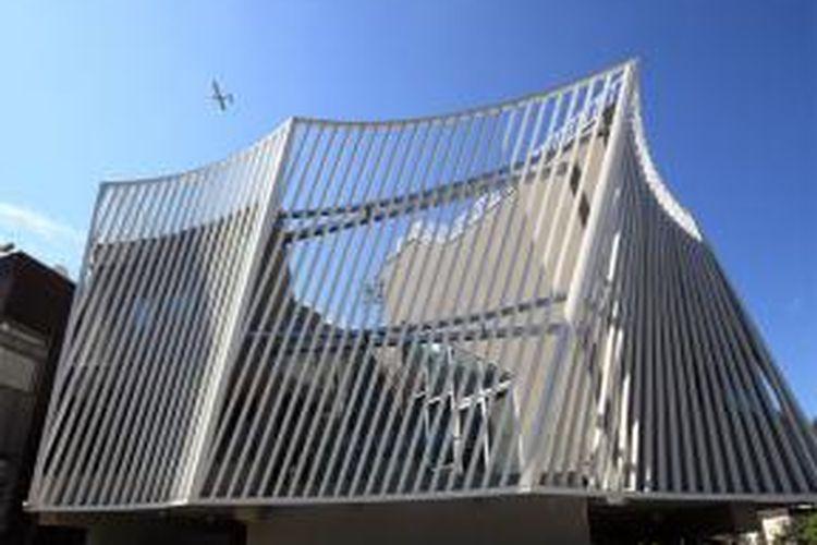 Fasadnya berbentuk kurva dan tampil mencolok sebagai dinding luar rumah. Struktur rumah itu sendiri mengambil bentuk volume terpusat dengan tidak memanfaatkan fungsi luar bangunan sebagai inti pusat rumah.