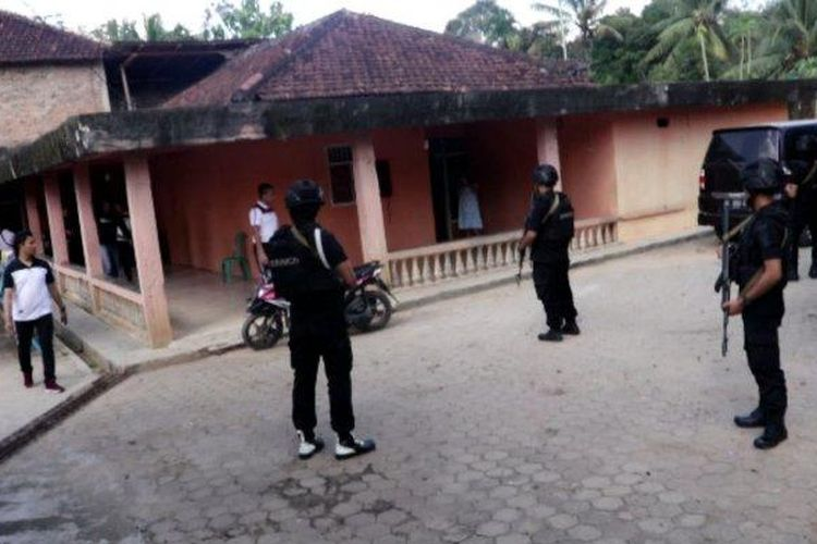 Polisi mengepung rumah mantan kades di Lampung Utara untuk membebaskan sopir dan kernet serta truk yang disandera, Sabtu (6/7/2019).