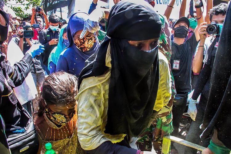 Sejumlah perempuan imigran etnis Rohingya menaiki truk evakuasi pascaterdampar di pesisir Pantai Ujong Blang, Lhokseumawe, Aceh, Senin (7/9/2020). Sebanyak 297 imigran etnis Rohingya, dengan rincian 181 perempuan, 102 orang laki-laki, dan 14 orang anak-anak, terdampar ke perairan Aceh sekita pukul 00.30 WIB pada Senin dini hari.