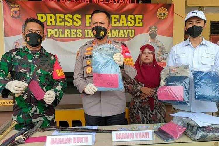Konferensi pers pengungkapan kasus tragedi berdarah pada lahan tebu PG Jatitujuh di perbatasan Indramayu-Majalengka di Mapolres Indramayu, Rabu (6/10/2021).