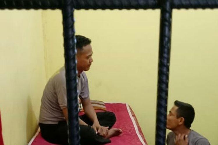 Dua polisi memukuli orang gila ditahan di Mapolres Aceh Timur, Senin (25/5/2020)