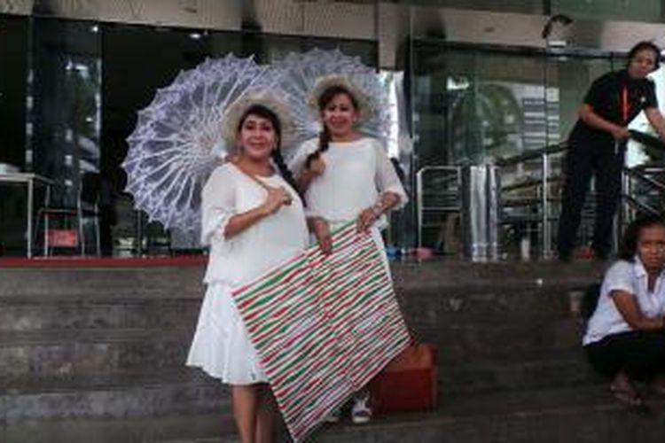 Ryan dan Rossi yang dikenal sebagai Ibu Guru Kembar pendiri Sekolah Darurat Kartini, mendatangi Gedung Komisi Pemberantasan Korupsi, Kamis (19/12/2013) untuk memberikan kado kepada KPK berupa foto sejumlah wanita yang terjerat kasus korupsi.