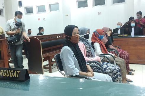 4 IRT Kasus Pelemparan Pabrik Tembakau Menangis dan Sujud Syukur dengar Hakim Tolak Dakwaan Jaksa