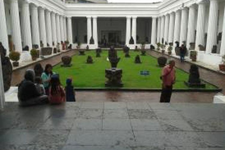 Turis domestik di Museum Nasional, Jakarta.