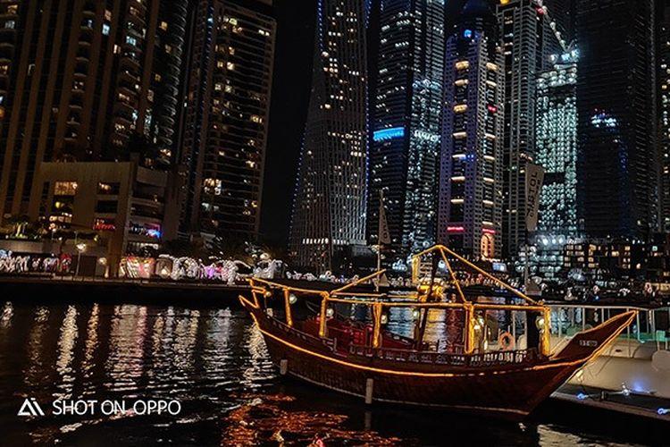 Keindahan Dhow Dinner Cruise di malam hari, diambil dengan fitur Night Mode OPPO R17 Pro