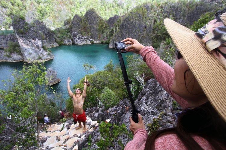 Wisatawan menikmati keindahan Pulau Piaynemu Kepulauan Raja Ampat, Papua Barat, Senin (16/5/2016). Kabupaten Raja Ampat terdiri dari 610 pulau dengan empat pulau utama, yaitu Pulau Misool, Salawati, Batanta dan Waigeo. Dari 610 pulau eksotis tersebut hanya 35 pulau yang memiliki nama.