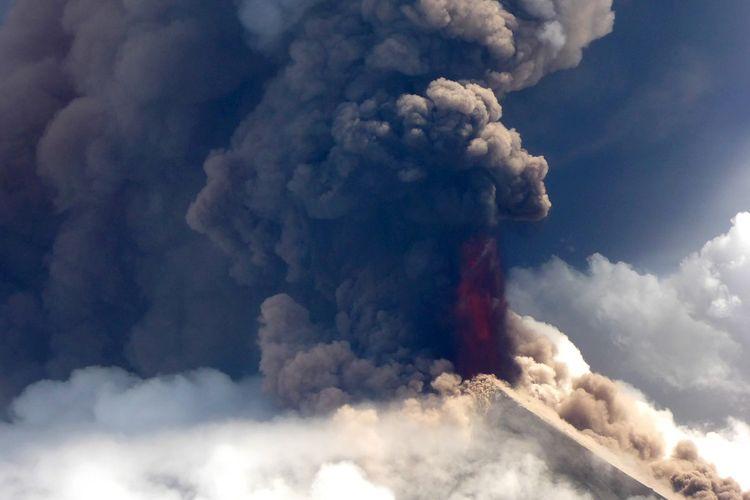 Foto yang diambil dari helikopter pada Rabu (26/6/2019), menunjukkan kondisi Gunung Ulawun di Papua Nugini yang meletus dan memuntahkan lava dan abu.