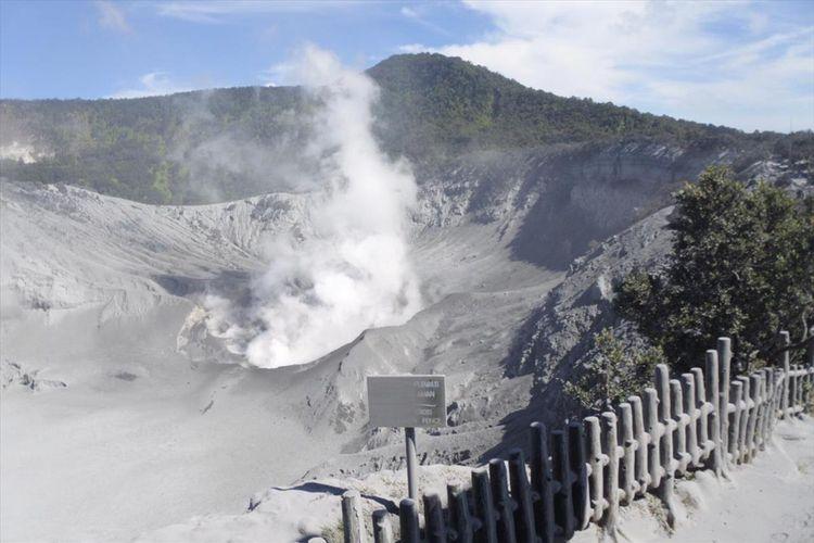 Debu vulkanik dan asap tampak terlihat di Kawah Ratu, pusat wisata Gunung Tangkuban Parahu, pasca erupsi Jumat (26/7/2019) kemarin.