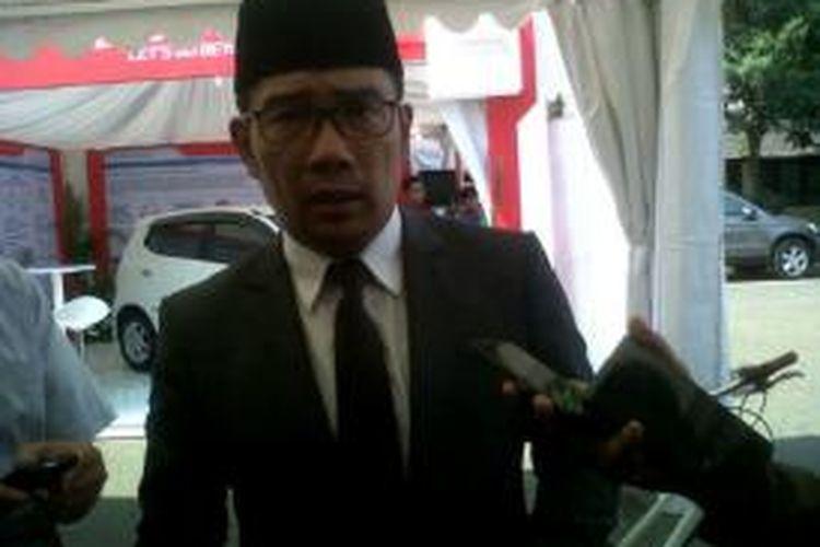 Wali Kota Bandung Ridwan Kamil saat diwawancarai wartawan di Kampus Institut Teknologi Bandung, Jalan Ganesha Kota Bandung, Senin (21/9/2015)