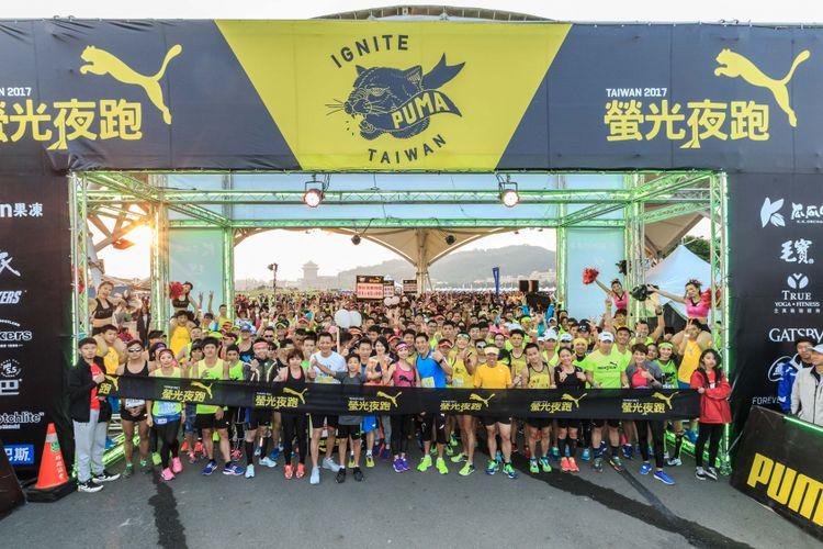 Start untuk para pelari jarak 21 kilometer di acara Taipei Puma Night Run 2017, Sabtu malam (1/4/2017)