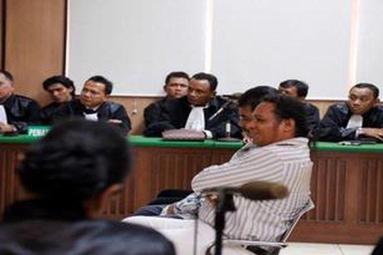 Suasana sidang John Kei (kanan) di  Pengadilan Negeri Jakarta Pusat, Jakarta, Kamis (27/12/2012). John Kei dinyatakan bersalah secara sah dan meyakinkan melakukan pembunuhan berencana terhadap Tan Harry Tantono alias Ayung. John Kei dijatuhi vonis 12 tahun penjara dan menyatakan akan banding.