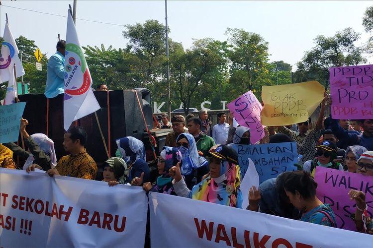 Aksi unjuk rasa sejumlah guru dan kepala sekolah swasta yang tergabung dalam Badan Musyawarah Perguruan Swasta (BMPS) Kota Bekasi di depan Kantor Walikota Bekasi, Selasa (16/7/2019).
