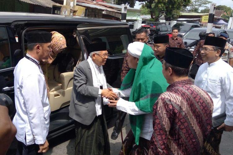 Cawapres nomor urut 01 Maruf Amin, saat tiba dan disambut oleh  Habib Hilal Alaidid