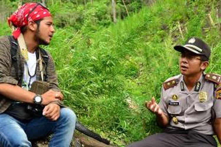 Pemandu acara prorgram 100 Hari Keliling Indonesia, Ramon Y Tungka singgah di ladang ganja di Aceh.