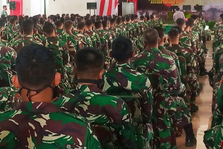 Ratusan pasukan BKO TNI-AD saat menerima arahan dari Wakil Kepala Staf Angkatan Darat Mayjen TNI Moch Fachruddin di Markas Kodam XVIII/Kasuari di Manokwari pada Senin 13 Juli 2020 lalu. (ANTARA/Toyiban)