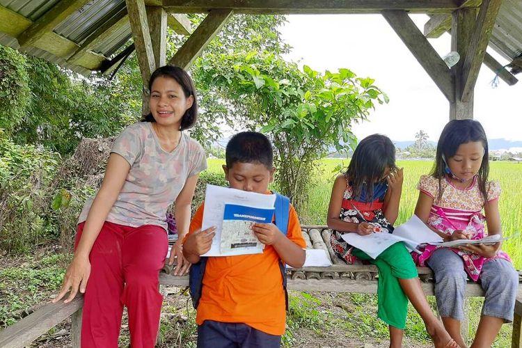 Hayati Kaisuki mengajarkan bahasa inggris bagi siswa SD di Desa Waikasar, Kecamatan Wayapo, Kabupaten Buru, Maluku, Rabu (29/7/2020)