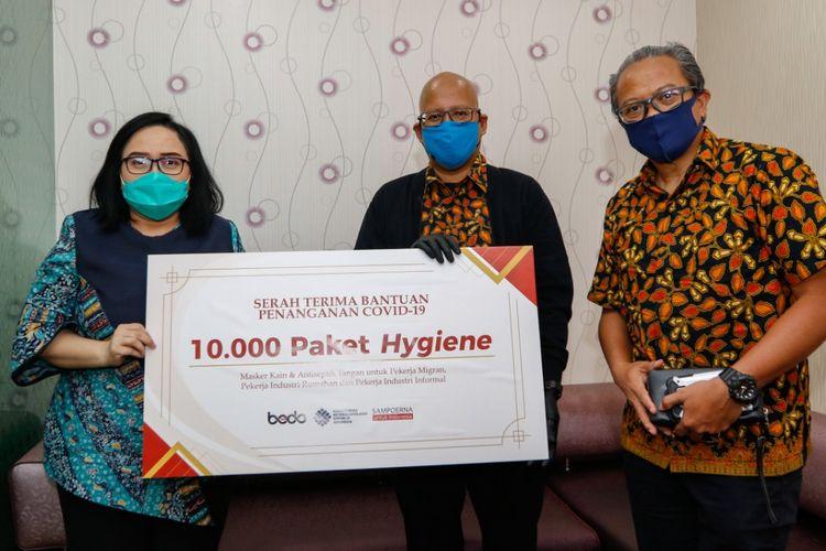 Pemberian bantuan alat kesehatan oleh PT HM Sampoerna Tbk kepada para pekerja migran melalui Kementerian Ketenagakerjaan