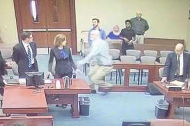 Terdakwa kasus paedofilia Jonathan Harding (35) terlihat berlari melintasi ruang sidang hendak menyerang jaksa penuntut. Beruntung, kesigapan polisi bisa mencegah aksi berbahaya itu.