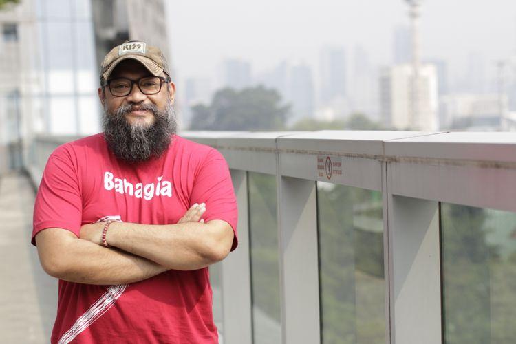 Sutradara Rako Prijanto berpose disela wawancara promo film Asal Kau Bahagia di Menara Kompas Gramedia, Palmerah Selatan, Jakarta, Jumat (23/11/2018). Film ini menjadi film pertama Tanah Air yang menggelar premiere di kapal pesiar pada 19-21 Desember mendatang di Singapura dan Malaysia.