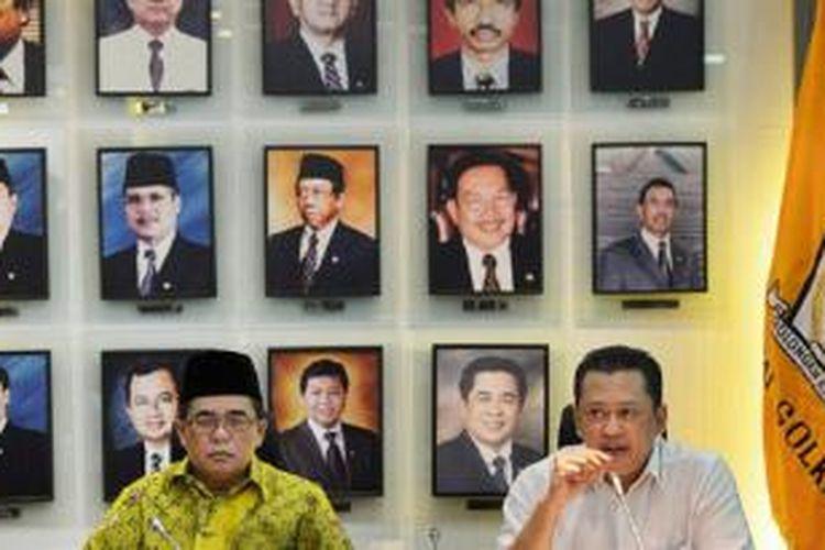 Ketua Fraksi Partai Golkar di DPR Ade Komarudin (kiri) bersama sekretaris Fraksi Partai Golkar Bambang Soesatyo menyampaikan penjelasan mengenai konflik internal Partai Golkar di Kompleks Gedung Parlemen, Jakarta, Jumat (6/3). Ade dan Bambang menyatakan akan mengundurkan diri dari pimpinan fraksi jika kepengurusan Partai Golkar hasil Munas Ancol yang dinyatakan sah dan memiliki kekuatan hukum tetap.