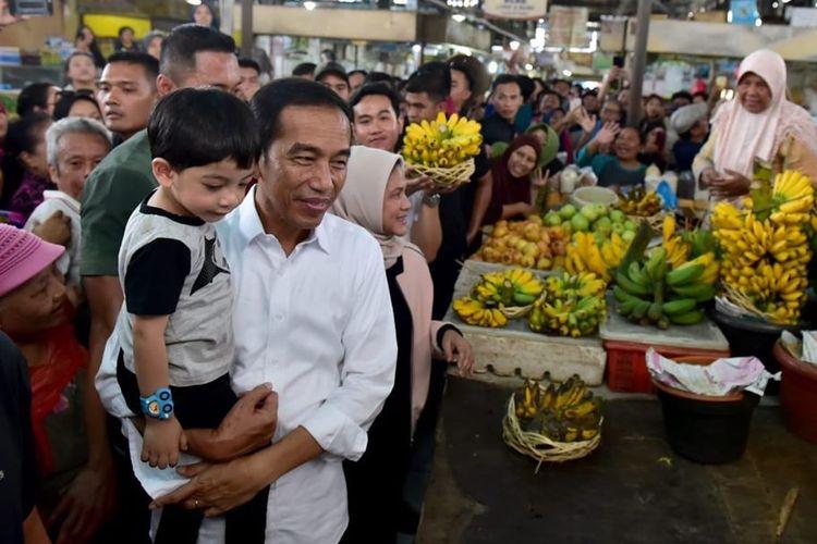 Presiden Joko Widodo beserta keluarga berbelanja di Pasar Gede Solo, Minggu (9/6/2019).