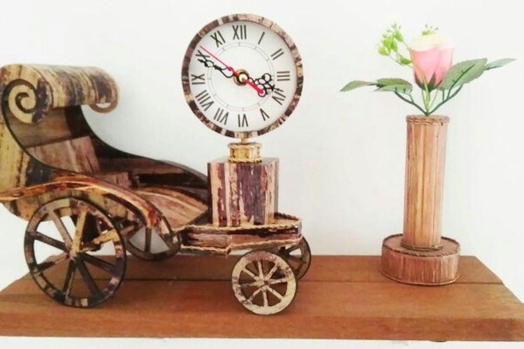 Miniatur kereta kencana yang dibuat Inu dari pelepah pisang. Pembuatan kerajinan itu dibuat di kawasan Reni, Pamulang, Tangerang Selatan.